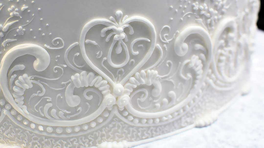 Piping Vertical Lace Patterns Around a Cake - Yeners Way